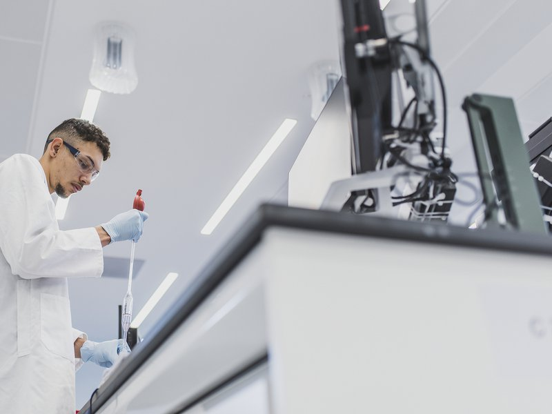 An image of a trainee scientist using the laboratory facilities at the University of Birmingham Collaborative Teaching Laboratory